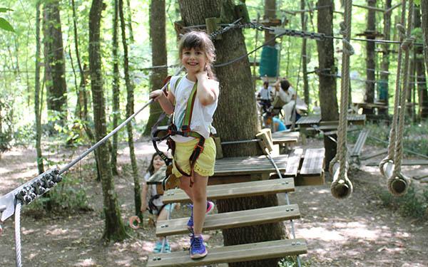L'un des 3 parcours accrobranche réservés aux enfants 3-8 ans sur le Parc Aventure de Fontdouce près de Niort.