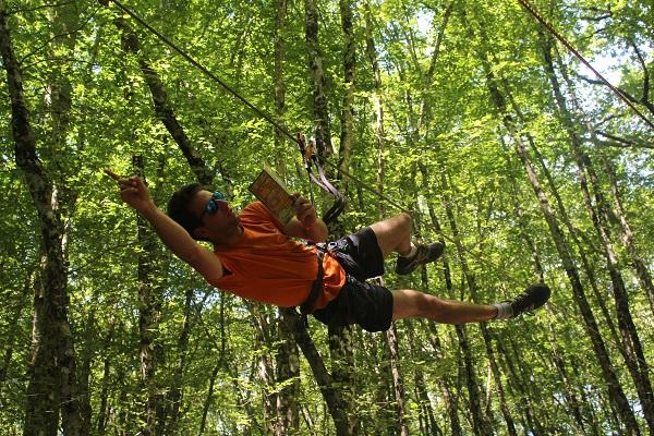 Le Parc Aventure de Fontdouce est situé dans un bois de chênes centenaires, en Charente-Maritime, un environnement frais et ombragé, où il est agréable de se détendre.