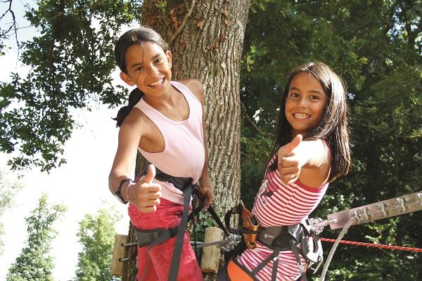 Deux touristes enchantées venant de descendre l'une des deux tyroliennes géantes du Parc Aventure de Fontdouce près de Royan